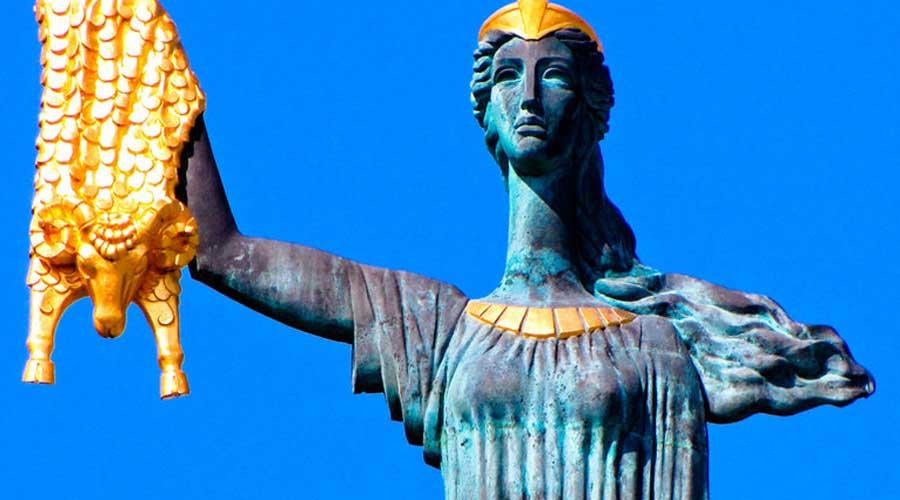مجسمه یادبود مدیا باتومی گرجستان