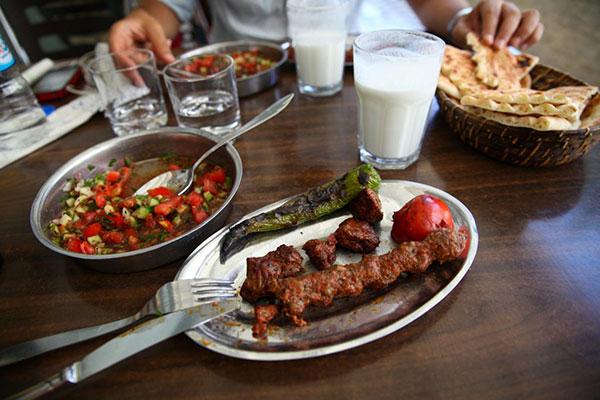 خوردن باقلوا و کباب در تور ترکیه