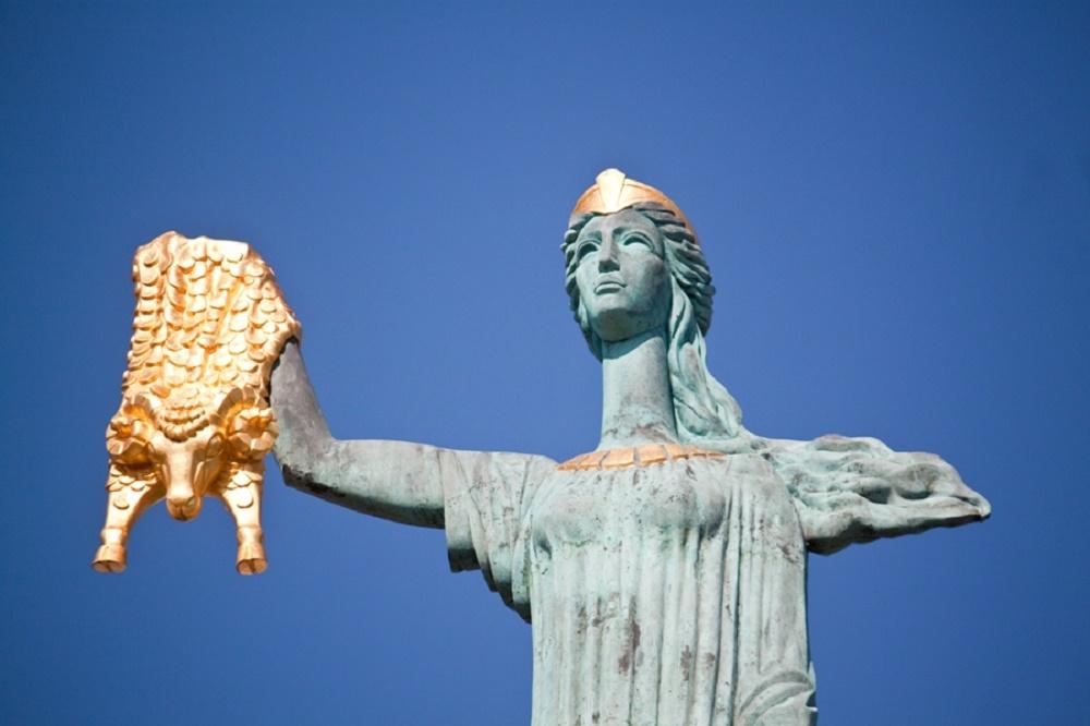 مجسمه مدیا باتومی