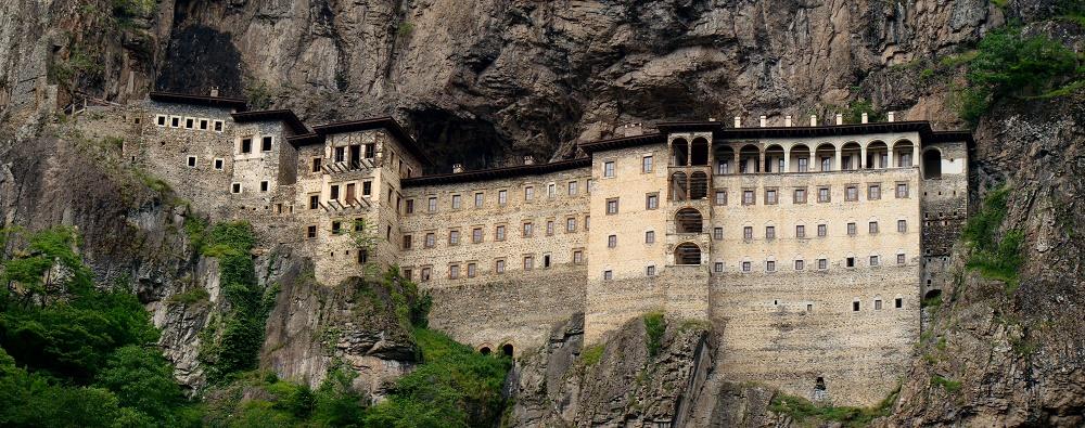 هرکس درباره احداث و ساخت این صومعه داستانی برای گفتن داشته اما یکی از رایج ترین ها به صورت زیر است :