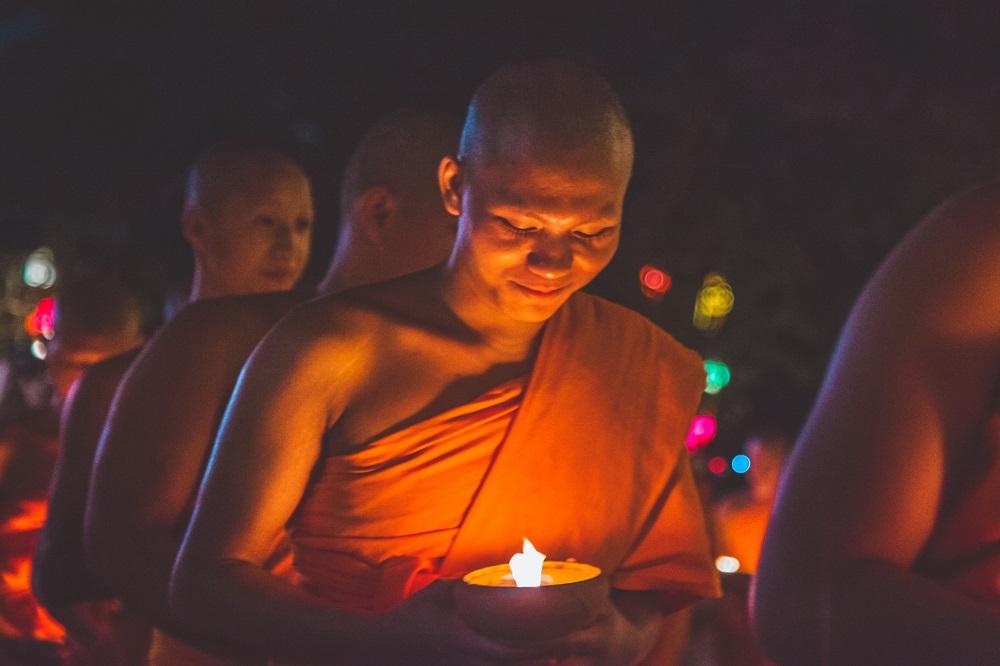 به آغوش گرفتن راهبان