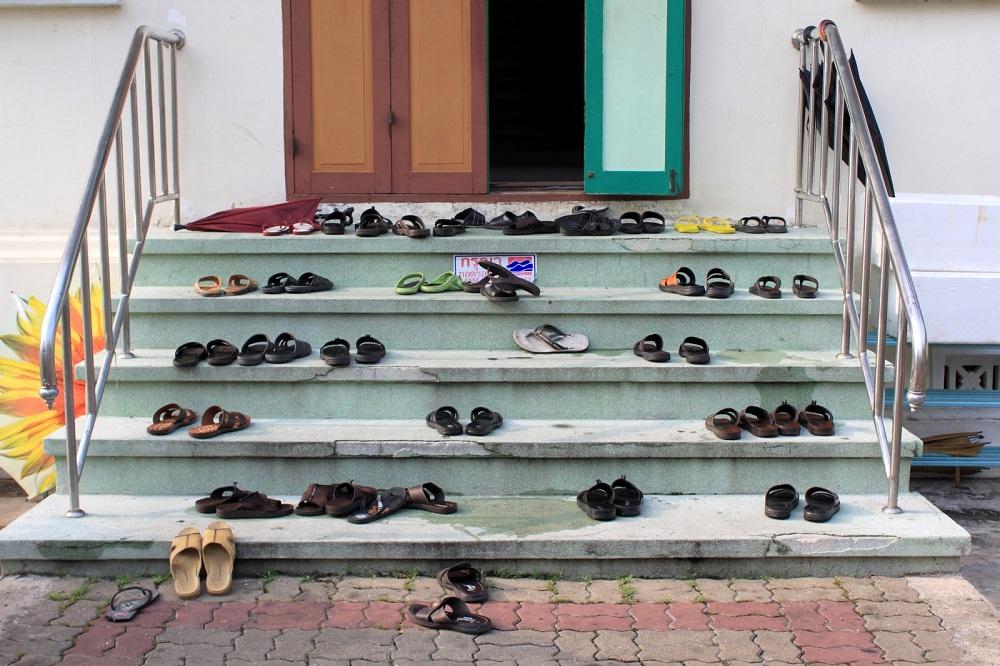 در اماکن مقدس کفش نپوشید