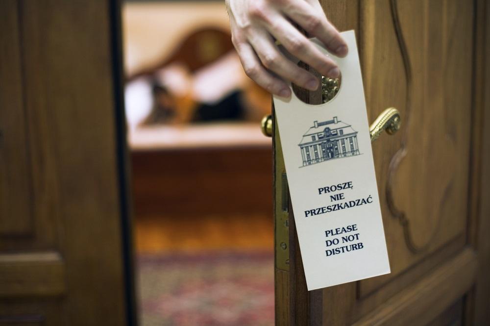 """گذاشتن علامت """"لطفا مزاحم نشوید"""" پشت در اتاق برای اینکه کسی وارد نشود درست است ؟"""