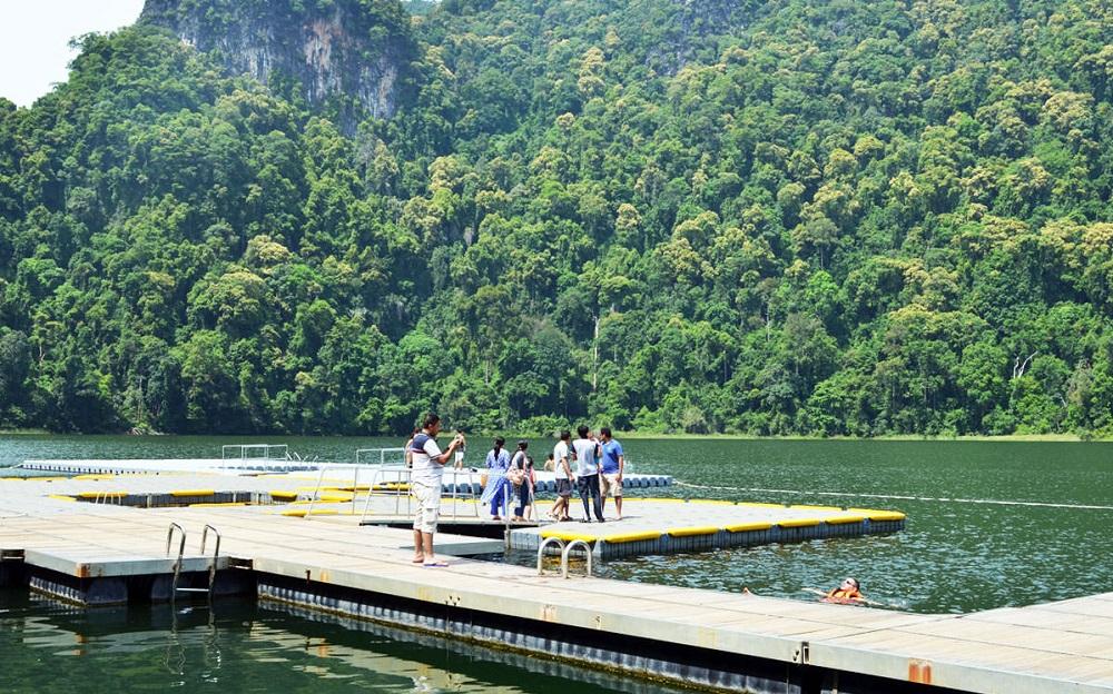 تفریحات در آبشارهای تلاگا توجو لنکاوی مالزی