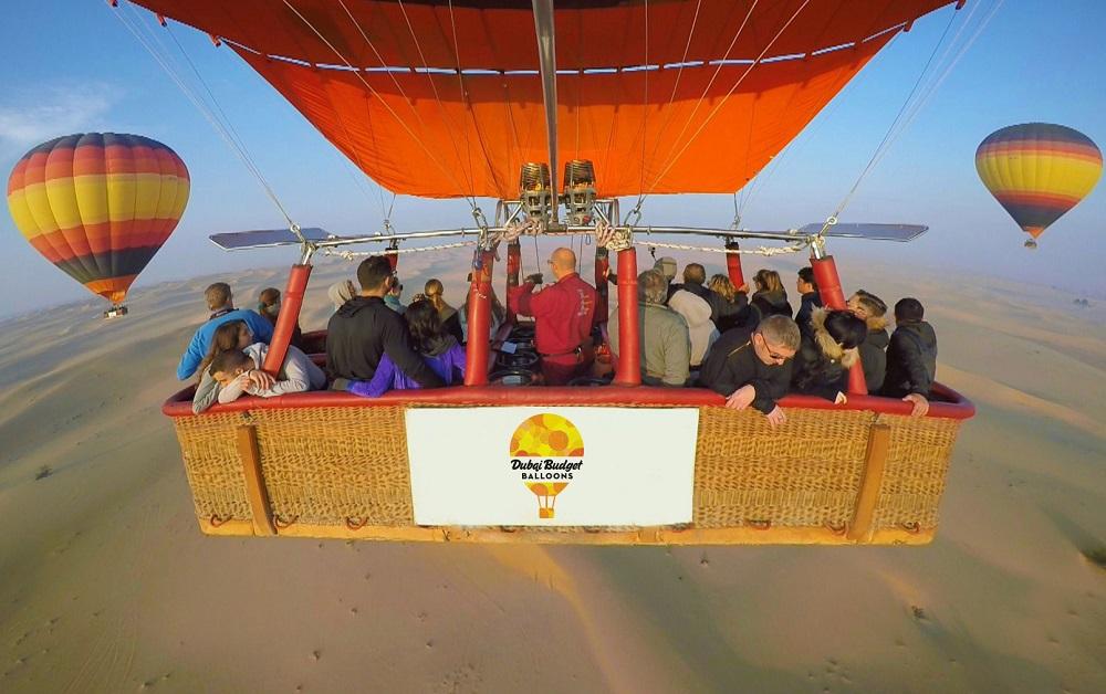 سوار بر بالن هوای گرم در صحرا