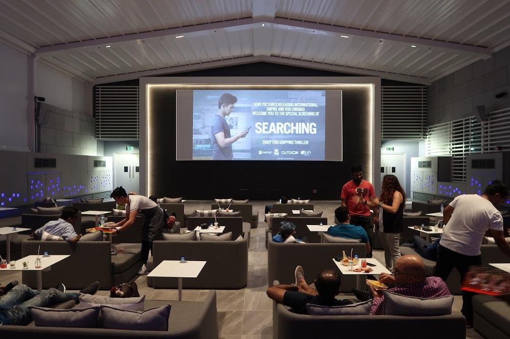 تماشای فیلم در روف تاپ هتل الوفت سیتی سنتر دبی
