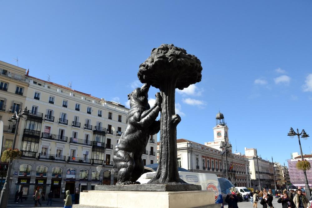مجسمه خرس و درخت توت فرنگی