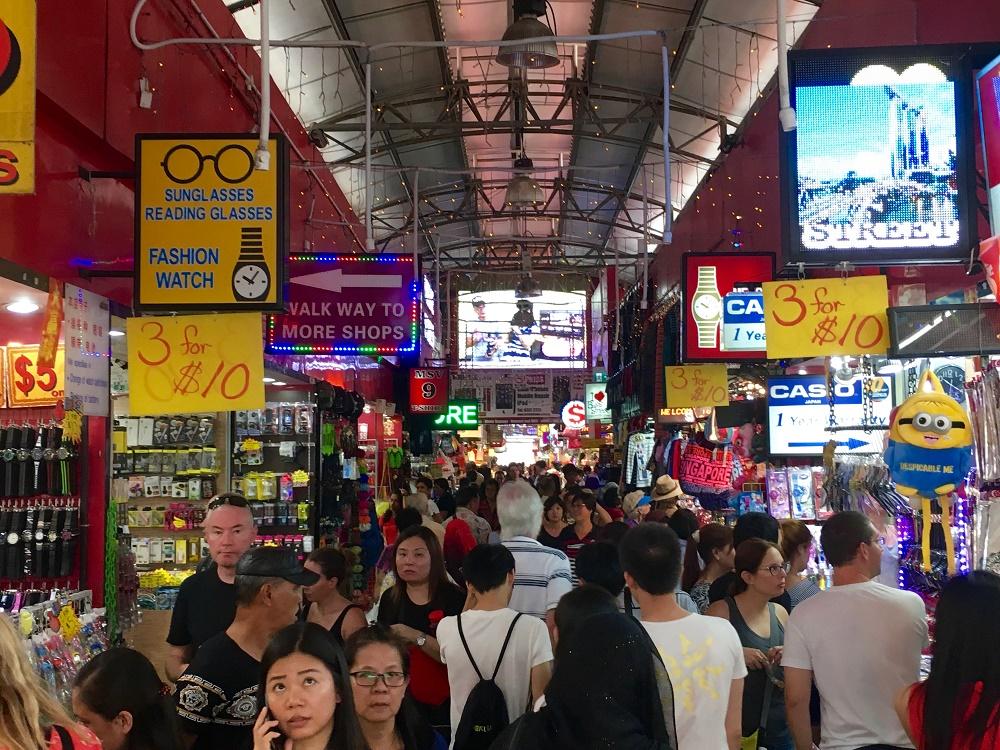 غرفه ها و محصولات این بازار خیابانی