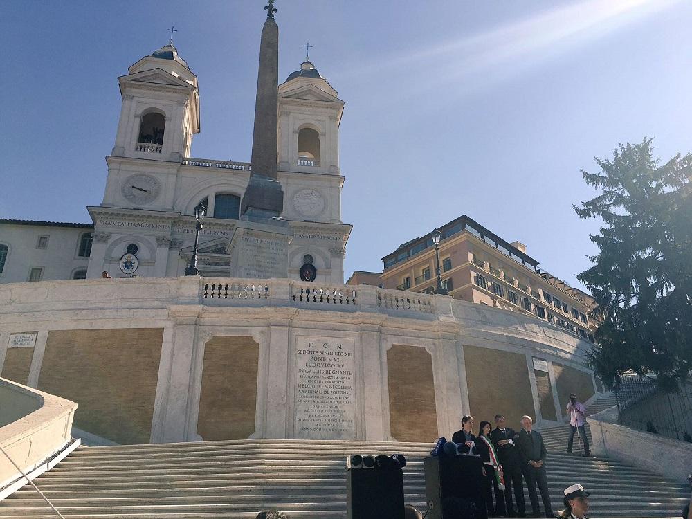 کلیسای ترینیتا دی مونتی در بالای پله های اسپانیایی رم